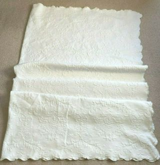 """Vintage White Floral Matelasse Bedspread Scalloped Edge Full/queen Size 84 """" X84 """""""