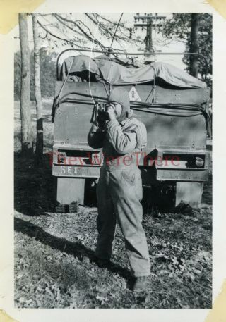 Wwii Photo - 1st Armored Division - Us Gi & Camera - M2 Half Track W/ 1ad Emblem