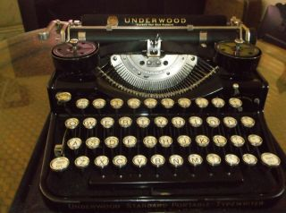 1930s Underwood 4 Bank Vintage Typewriter With Glass Key Tops & Wooden Cary Case